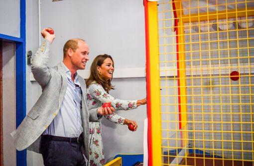 Prinz William und Herzogin Kate haben Spaß in Spielhalle