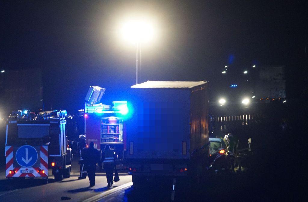 Die A8 bei Kirchheim/Teck war in der Nacht zum Mittwoch über drei Stunden gesperrt. Foto: SDMG