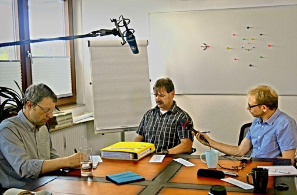 Harry Wörz im Gespräch mit Medienvertretern  –  der Streit über die Höhe einer Entschädigung ist für ihn zermürbend. Foto: Koch-Widmann