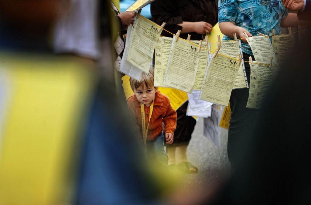 Der Tageselternverein Schorndorf hat viele Kämpfe hinter sich: 2009 wurden Unterschriften für eine bessere Bezahlung gesammelt und an das Kreisjugendamt übergeben. Foto: Stoppel