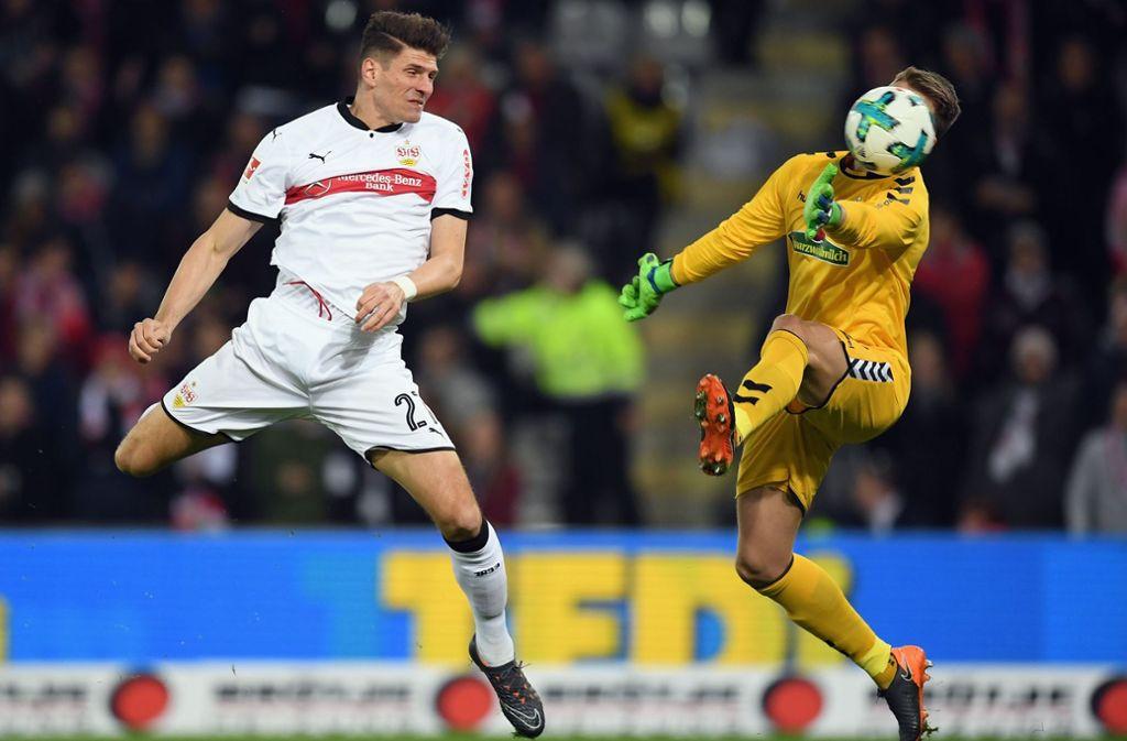 In der vergangenen Saison hat Mario Gomez (li.) für den VfB Stuttgart zweimal in Freiburg getroffen – klappt es am Sonntag wieder? Foto: Getty