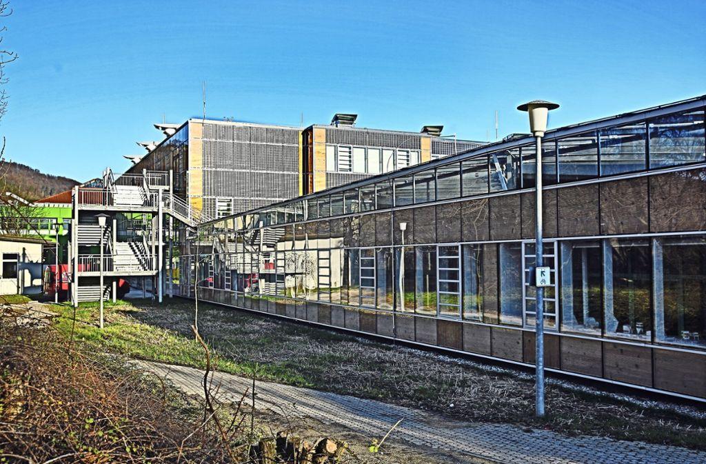 Einsturzgefahr: Der flache Anbau des Michelberg-Gymnasiums. Foto: Horst Rudel/Archiv