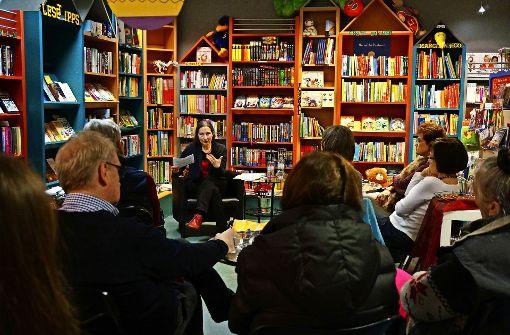 Im vergangenen Jahr luden die Gerbera und die Eva zu zahlreichen Veranstaltungen. So las  Annette Röser in der Schillerbuchhandlung zum Thema Demenz. Foto: Leonie Thum