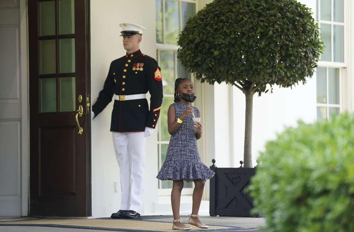 US-Präsident trifft sich im Weißen Haus mit Hinterbliebenen von George Floyd – auch George Floyds Tochter Gianna Floyd ist bei dem Treffen dabei. Foto: dpa/Evan Vucci