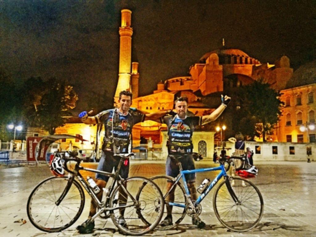Nach 1000 Kilometern auf dem Fahrrad kommen Vassili Kirtzakis (l.) und Nikolaos Radis vor der Hagia Sophia in Istanbul an. Foto: Privat