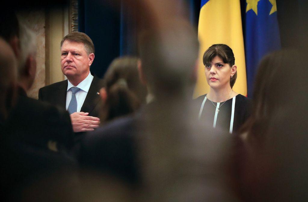 Der rumänische Staatspräsident Klaus Iohannis entließ erst in diesem Jahr die Chef-Korruptionsermittlerin Laura Kövesi (re.) Foto: dpa