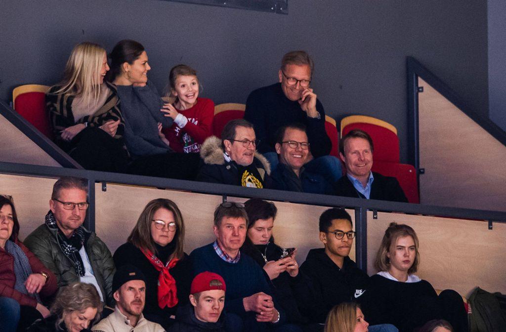 Die kleine Estelle fiebert beim Eishockey richtig mit. Foto: imago images/Bildbyran/JESPER ZERMAN