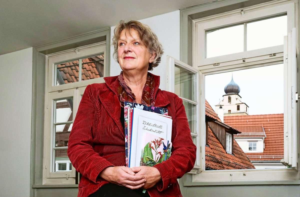 Ingrid Kahlig mit den Arbeiten ihrer Schülerinnen.  Die Texte  haben für manche der Autorinnen  auch eine therapeutische Wirkung. Foto: factum/Simon Granville