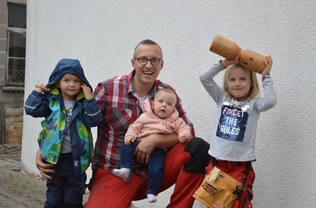 Benjamin Adamic mit seinen Kindern; die Tochter hält eine Massagerolle. Foto: Susanne Roeder