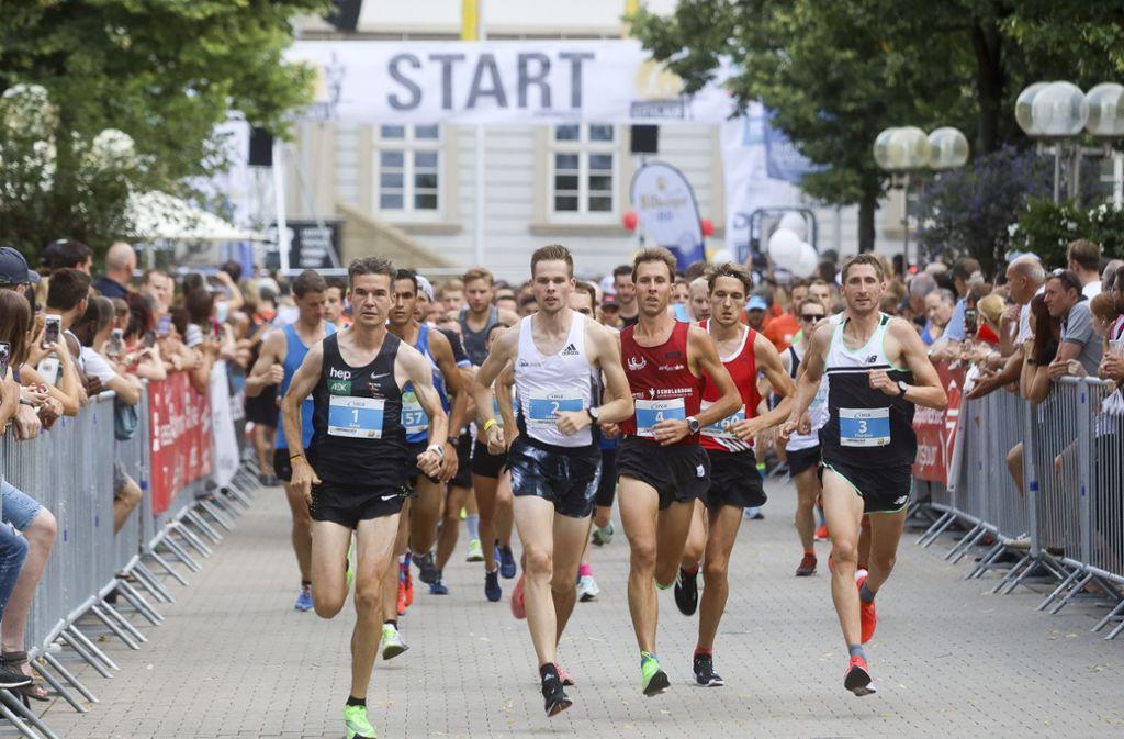 Ludwigsburg, eine einzige Rennstrecke: Am Samstag war Citylauf. Im Bild mit der Startnummer eins: Arne Gabius.  Sebastian Hendel mit der Startnummer zwei wurde in diesem Jahr Erster. Foto: factum/