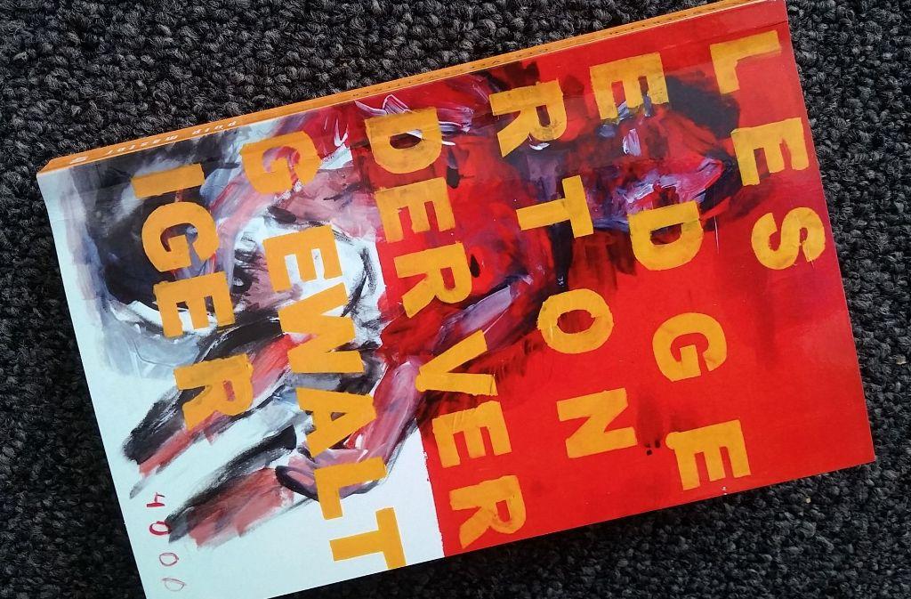 """Das von dem Künstler 4000 gestaltete Cover lässt erahnen, dass """"Der Vergewaltiger"""" keine leichte Lektüre ist. Foto: Hans Jörg Wangner"""
