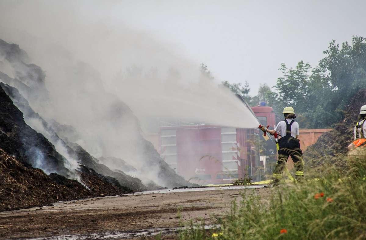 Nach dem Alarm rückte die Feuerwehr an, brachte den Schwelbrand aber erst gegen 22 Uhr unter Kontrolle Foto: SDMG/Dettenmeyer