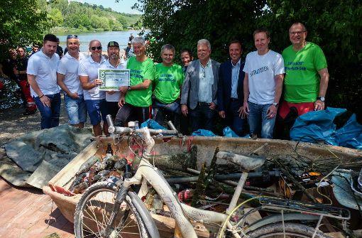 Freiwillige fischen den schrägsten Müll aus dem See