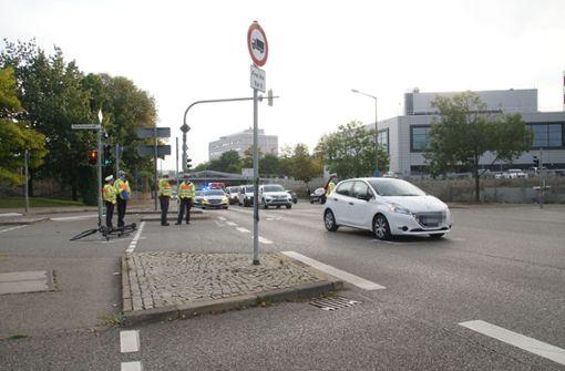 Radfahrer kollidiert mit Auto und verletzt sich schwer