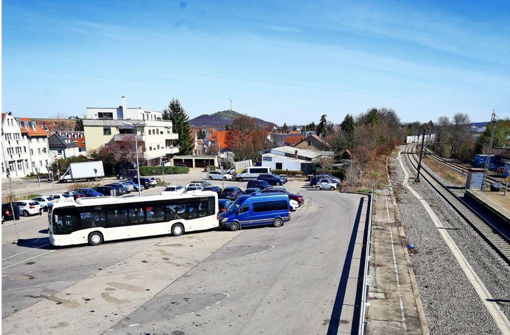 Wo am Ditzinger Bahnhof jetzt noch Busse und Autos parken, entstehen Wohn- und Geschäftshäuser, dahinter soll ein Hotel gebaut werden. Foto: factum/Granville