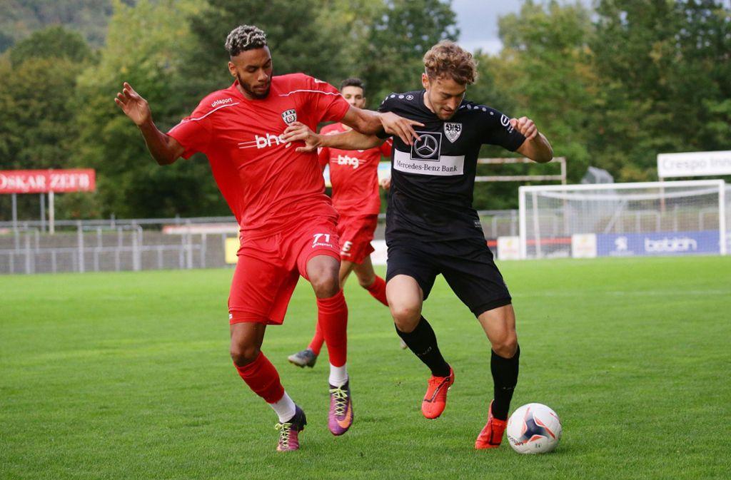 Ruben Reisig (li.) ist ein zweikampfstarker Defensiv-Allrounder: Hier noch im Dress des SSV Reutlingen gegen David Grözinger vom VfB Stuttgart II. Foto: Baumann