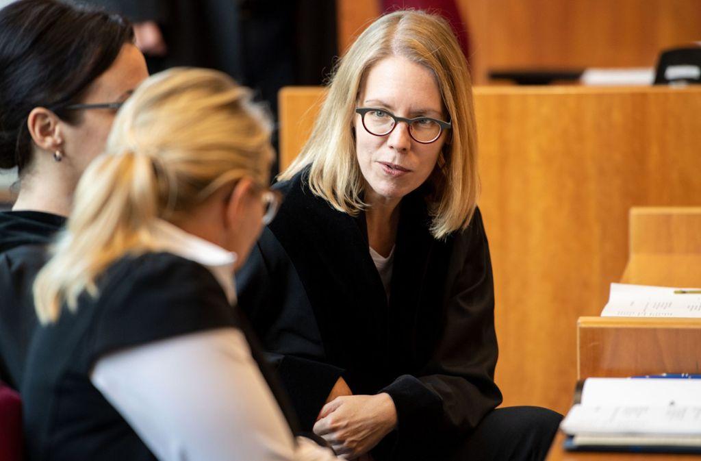 Oberstaatsanwältin Anne Brorhilker (rechts) sitzt vor dem Bonner Landgericht auf dem Platz des Anklägers. Foto: dpa