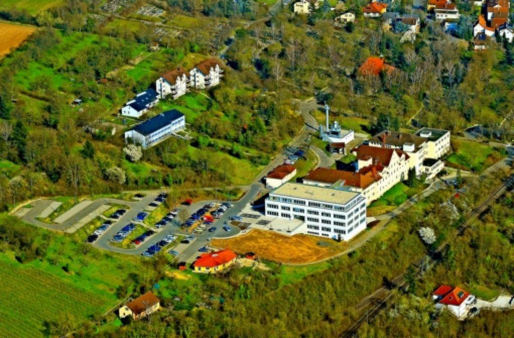 Das  Marbacher Krankenhaus (links daneben das Ärztehaus) ist prägend für das Stadtbild Foto: Kuhnle
