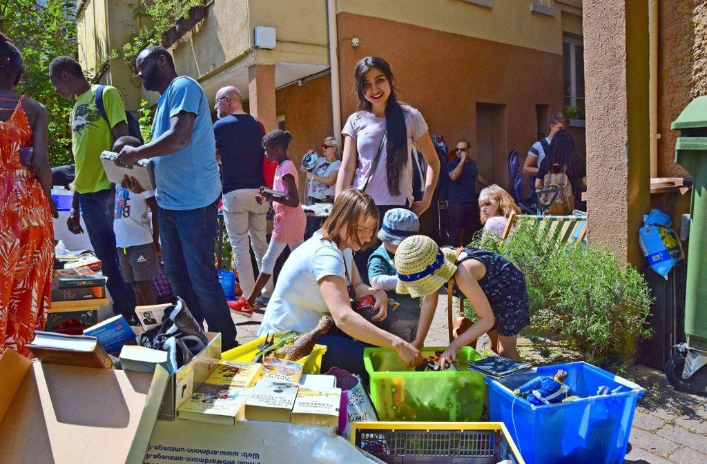 Schnäppchenjäger und Sammler werden beim Hofflohmarkt fündig. Foto: Petra Mostbacher-Dix