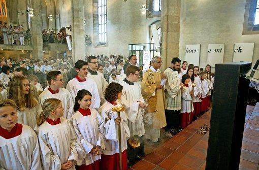 Weihrauch weht durch die  evangelische Stadtkirche