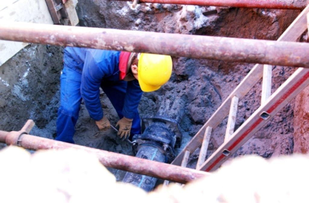 In der Paracelsusstraße  ereignete sich Ende Januar  ein Wasserrohrbruch. Dieser wurde rasch behoben; das Loch haben die Arbeiter indes erst am Dienstag geschlossen. Foto: Sascha Sauer