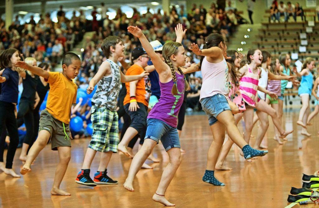 """Jetzt erst recht: nach dem Ausfall des Festumzugs wurde der Maientag doch noch gefeiert – """"jung und sportlich"""" in der EWS-Arena und wild und laut auf dem Rummel. Foto: Steinert"""