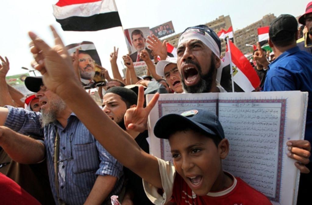 Mursi-Anhänger auf der Straße: der Protest in Ägypten geht unvermindert weiter. Foto: dpa