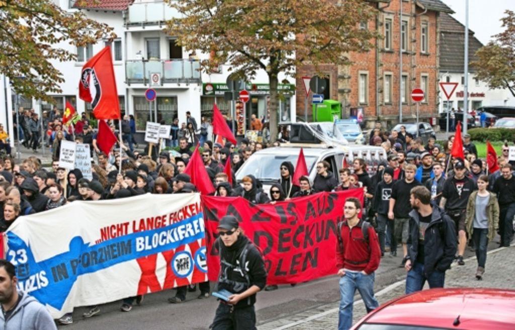 """300 Antifa-Aktivisten demonstrieren  diesmal friedlich gegen Rechts. Die Stadt und die Polizei bekamen allerdings verbal ihr Fett weg: """"Till, der Schweiger"""" stand auf Plakaten. Dazu wurde skandiert: """"Göppingen ohne Polizei wär schon längst nazifrei."""" Foto: Horst Rudel"""