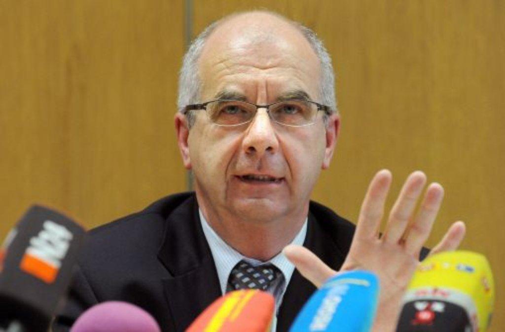 Stuttgarts Polizeipräsident Siegfried Stump am Freitag in Stuttgart während einer Pressekonferenz. Foto: dpa