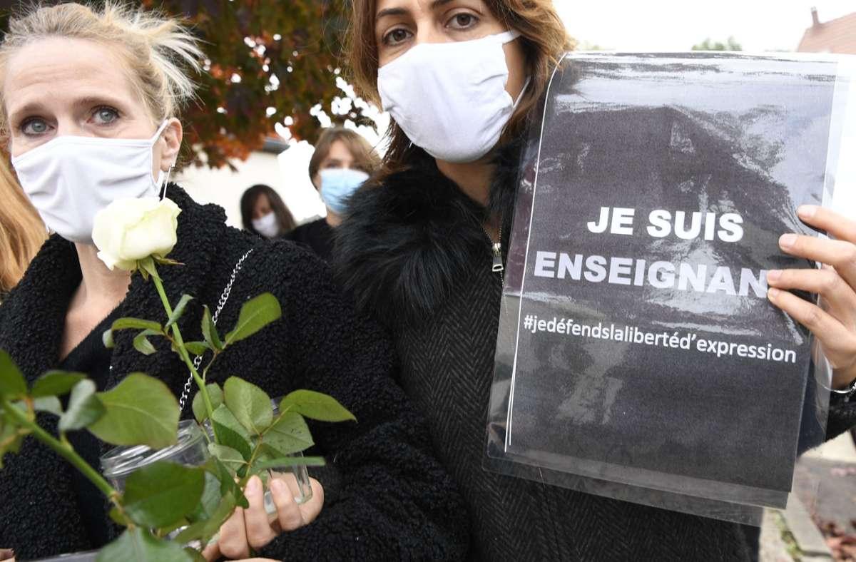 Nach dem brutalen Mord an einem Lehrer in der Nähe von Paris zeigen Franzosen ihre Solidarität. Auf dem Schild steht, dass die Meinungsfreiheit verteidigt werden muss. Foto: AFP/BERTRAND GUAY