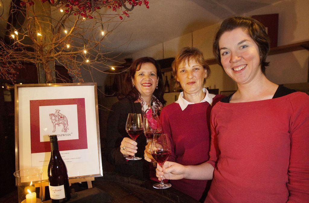 Lisa Kappes-Sassano (Caritas Neckar-Fils-Alb), Monika Kusterer vom gleichnamigen Weingut und Christine Kempf, die Projektleiterin der Aktion Chancenschenker (von links),  stoßen mit dem Martiniwein 2017 an. Foto: Ines Rudel