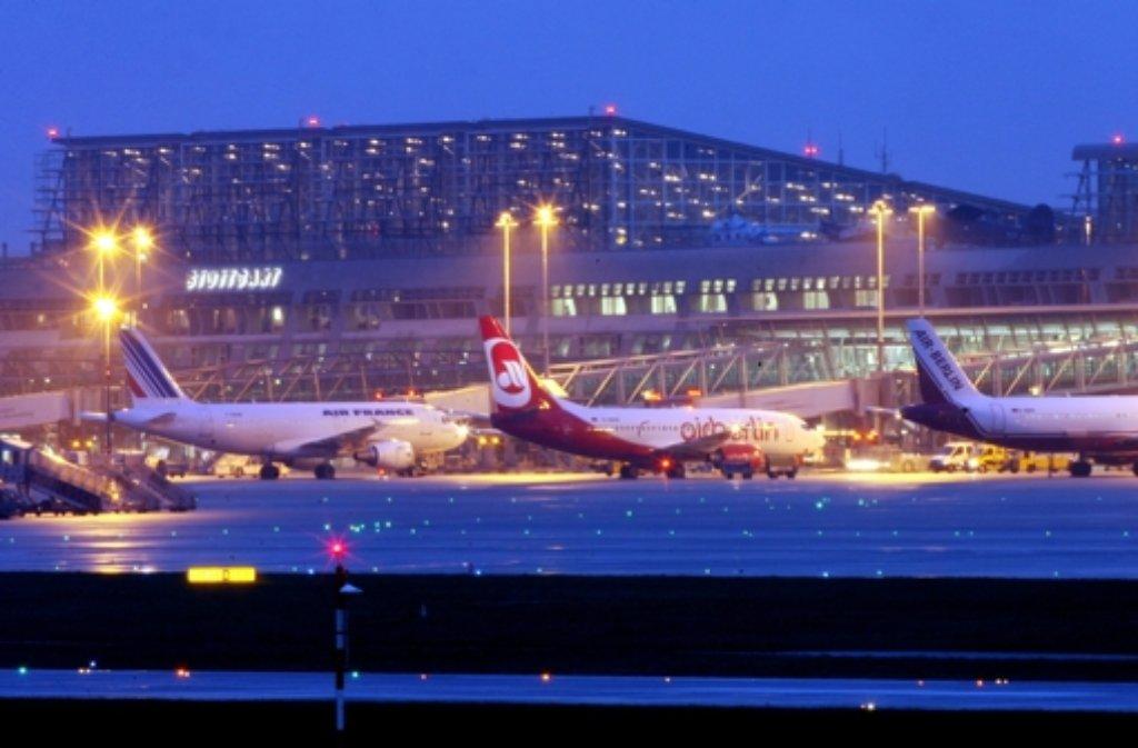Ein Räumfahrzeug rutscht auf dem glatten Vorfeld des Stuttgarter Flughafens in eine stehende Tupolev. Der Fahrer wird eingeklemmt und schwer verletzt.  Foto: dpa