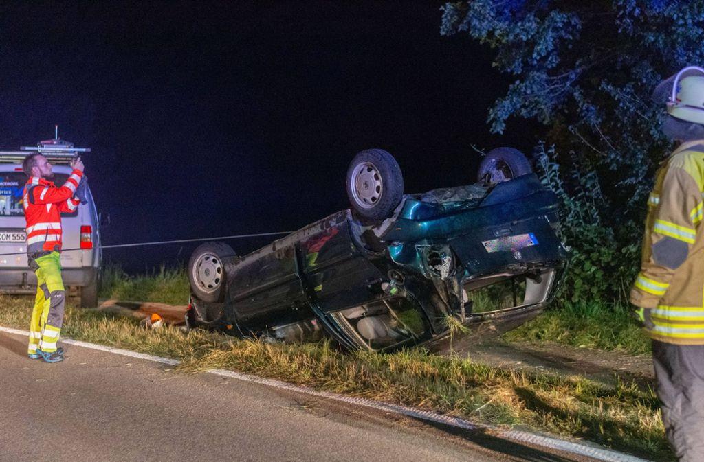 Das Auto  ist aus der Kurve getragen worden und auf dem Dach liegen geblieben. Foto: 7aktuell.de/Moritz Bassermann