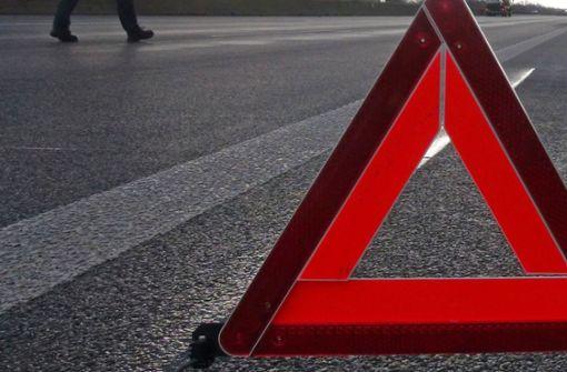 Elf Fahrzeuge verunglücken auf glatter Bundesstraße