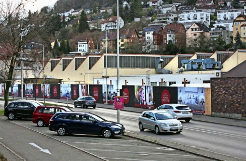 Nur  ein Bauzaun trennt  B10 und die Baustelle für die neuen Verkaufsräume, die neben der WMF Fischhalle (im Hintergrund) die Geislinger Fabrikverkäufe erweitern werden. Foto: Horst Rudel