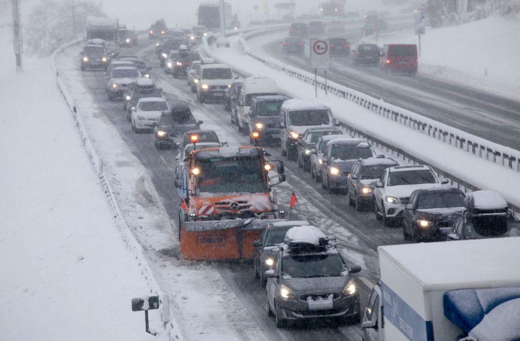 Zahlreich Auto- und Lastwagenfahrer standen über Stunden auf der A8 (Archivbild). Foto: Bernd März