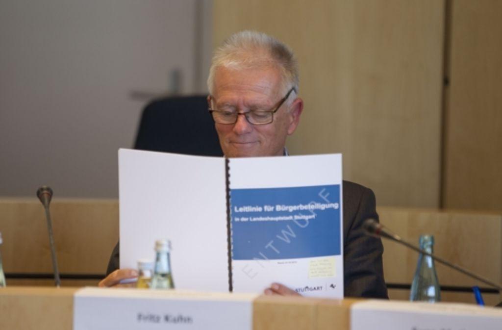 OB Kuhn liest den Leitfaden zur Bürgerbeteiligung. Foto: Lichtgut/Leif Piechowski
