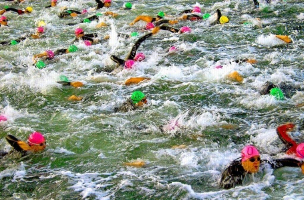 Beim Start der Jedermann-Wettbewerbe geht es ruppig zu – und Anfänger müssen aufpassen, dass sie nicht untergehen. Weitere Eindrücke vom Freiwasserschwimmen sehen Sie in der folgenden Bilderstrecke. Foto: Fania Tschepe