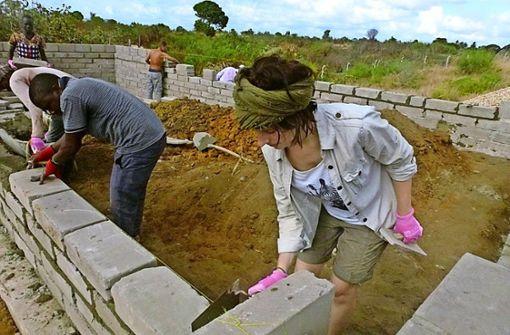 Studentinnen bauen für Schüler in Tansania