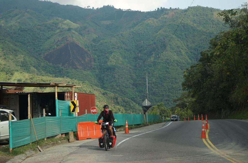 Philipp Winnige unterwegs durch Kolumbien. Die größte Gefahr ist tagsüber vor allem die Sonne, deshalb die lange Kleidung. Foto: Winnige/Römer