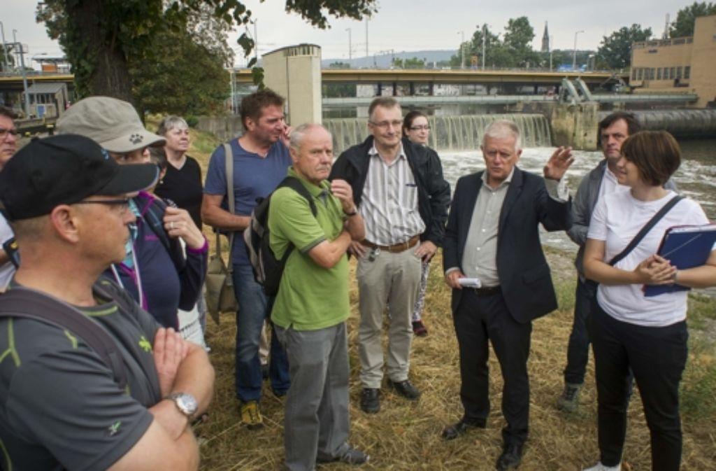 Beim Spaziergang mit dem Oberbürgermeister Fritz Kuhn (Dritter von rechts) durften die Leser auch auf die Neckarinsel. Foto: Lichtgut/Max Kovalenko