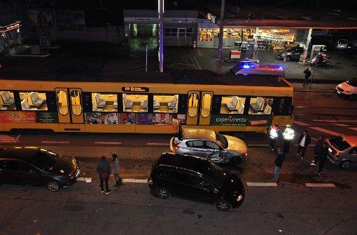 Stadtbahn schleift Auto mit