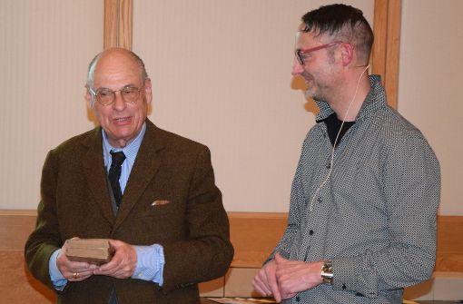 Professor verschenkt zwei wertvolle Bücher