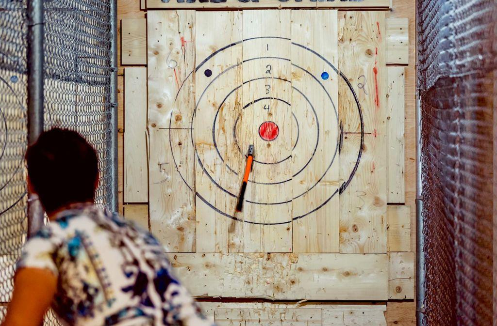 Äxte zischen durch die Luft und landen im Kiefernbrett: In Nordamerika boomen Axtwurfclubs Foto: Adobe Stock/Vlad Vasnetsov