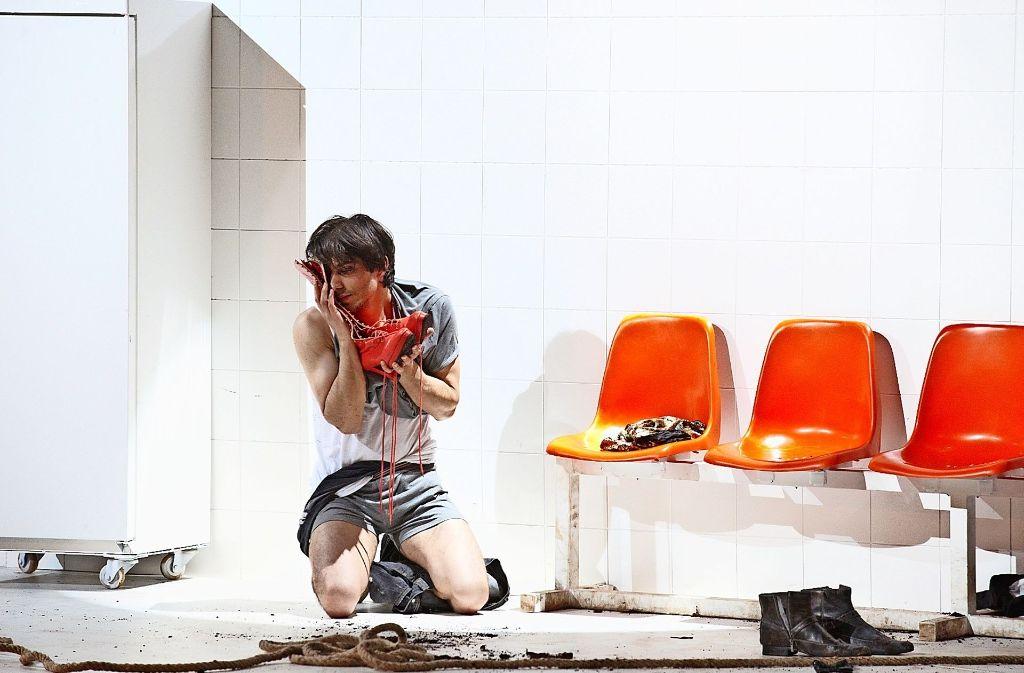"""Szene aus einer der großen Erfolgsproduktionen der Jungen Oper: Ludger Vollmers """"Gegen die Wand"""" nach Fatih Akins Film Foto: Sigmund"""
