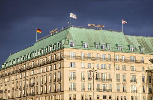 Autos driften vor Luxushotel Adlon in Berlin
