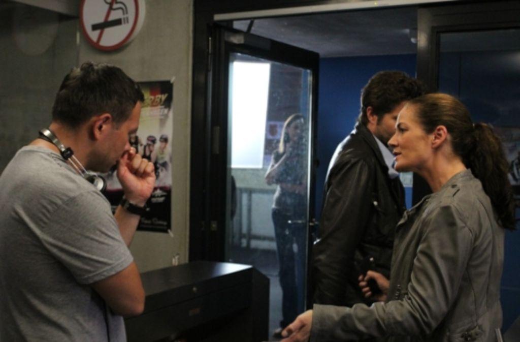 """Regisseur  Rainer Matsutani (links), der Hauptkommissar Joachim """"Jo"""" Stoll (Peter Ketnath) und Kommissarin Selma Kirsch (Yve Burbach) besprechen nochmals die Szene, die gleich gedreht wird. Foto: Matthias Zahner"""