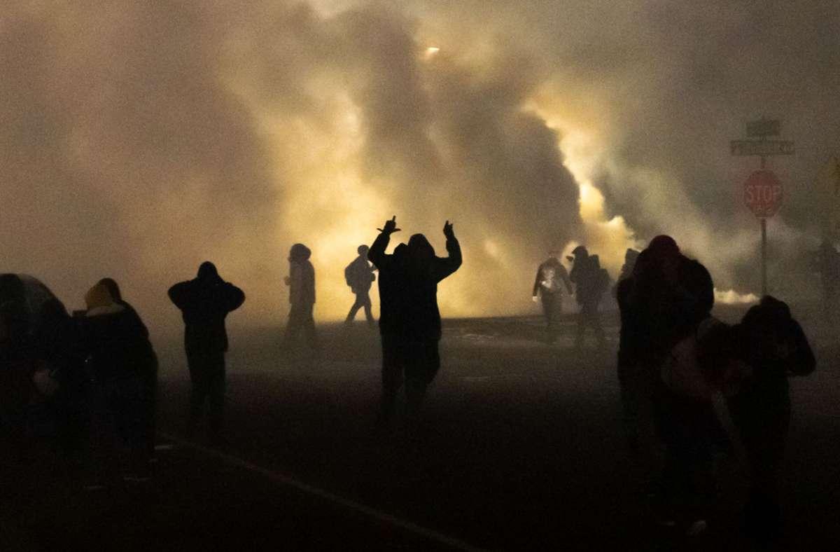 Die Polizei zündete in Brooklyn Center Blendgranaten. Foto: AFP/KEREM YUCEL