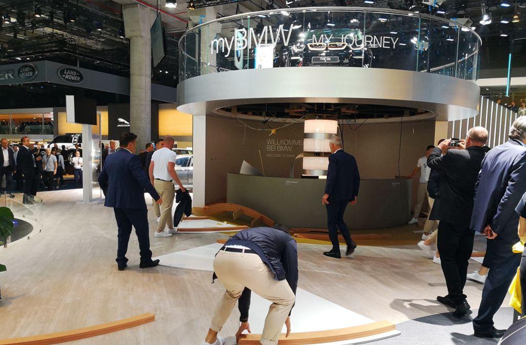 Die Gründe dafür, dass beim BMW-Stand die Decke heruntergekommen ist, sind noch unklar. Foto: Fotoagentur Stuttgart