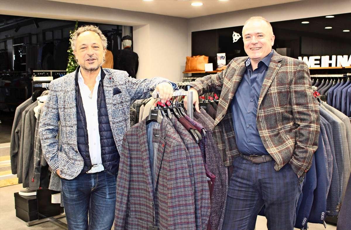 Rainer (l.) und Armin Kehrer leiten mehrere traditionsreiche Bekleidungsgeschäfte. Im Laden in Echterdingen sind Anzüge und Sakkos seit Corona Ladenhüter. Foto: Caroline Holowiecki